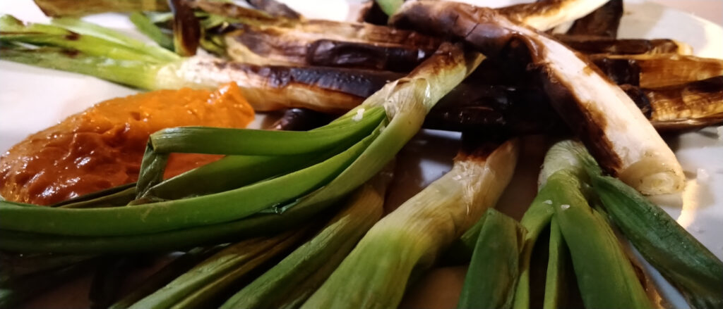 Calçots con salsa romescu