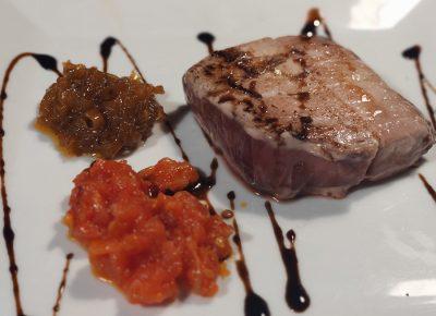 Atún a la plancha con cebolla caramelizada, tomate confitado y reducción de soja.