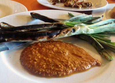 Calçots con salsa romesco en restaurante El Zaguán