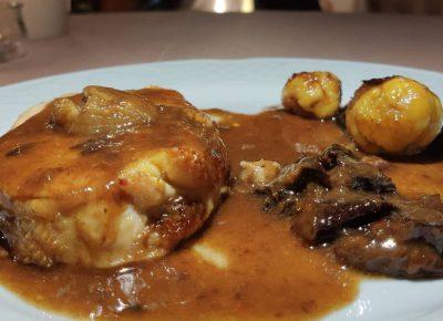 Pularda rellena con distintos tipos de carne, foie, castañas y salsa de frutos secos al Pedro Ximenez.